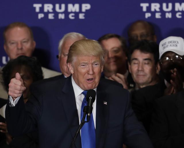 El aspirante republicano a la Casa Blanca, Donald Trump, finalmente dijo que el presidente Barack Obama sí nacio en los Estados Unidos. Trump habló ante líderes militares y veteranos, en el hot ...