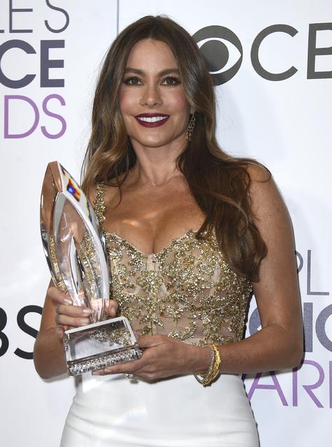 La actriz Sofia Vergara posa con su premio por su actuación en un programa de TV de comedia favorita, en los People's Choice Awards, en el teatro Microsoft de los Angeles, el 18 de enero del 2017 ...