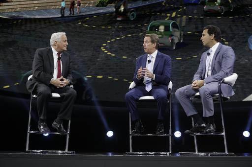 El Presidente de Aspen Institute, Walter Isaacson, izquierda, habla con el presidente ejecutivo de Ford Motor Co., Bill Ford, al centro, y con Mark Fields, alto directivo de la misma Ford, en el e ...