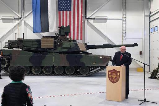 El 6 de enero del 2017 varios barcos comenzaron a descargar tanques y equipo militar de EEUU en el puerto de Bremerhaven, en el norte de Alemania. En esta foto de archivo, el embajador de EEUU en  ...