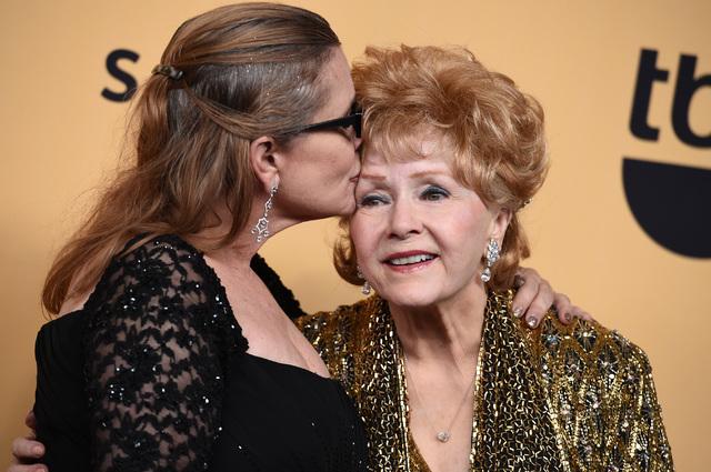 En esta foto de archivo, del 25 de enero del 2015 en Los Angeles, aparecen Carrie Fisher, izquierda, y su madre Debbie Reynolds. (Photo by Jordan Strauss/Invision/AP).