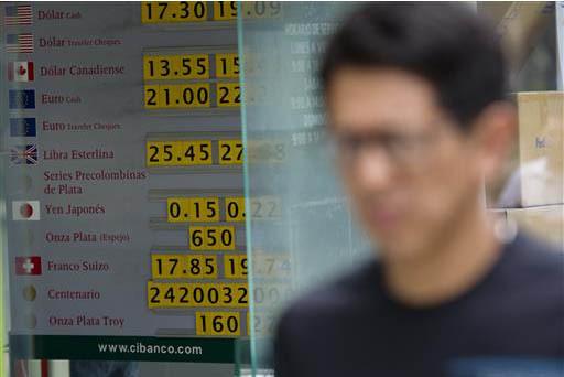 El peso mexicano ha estado en problemas con respecto al dólar. Esta foto de archivo, del 24 de junio del 2016, muestra la información del tipo de cambio en monedas extranjeras. Ahora el 11 de en ...
