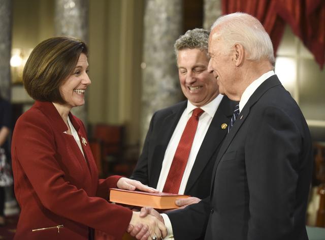 El vicepresidente Joe Biden, a la derecha, estrecha la mano a la senadora Catherine Cortez Masto (Demócrata por Nevada), mientras su esposo, Paul Masto sostiene una biblia, durante un ensayo para ...