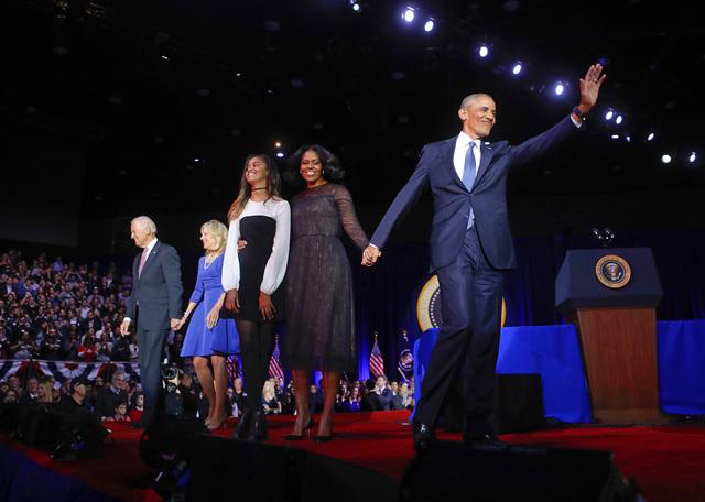 El Presidente Barack Obama saluda desda a la gente acompañado de la primera dama Michelle Obama, su hija  Malia, y el Vicepresidente Joe Biden con su esposa Jill Biden, después de dar su discurs ...