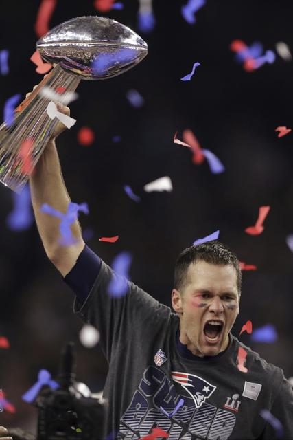 Tom Brady, líder de los Patriotas de New England levanta el trofeo Vince Lombardi después de vencer a los Falcons de Atlanta en tiempo extra del Super Bowl 51 de la NFL, el domingo 5 de febrero  ...