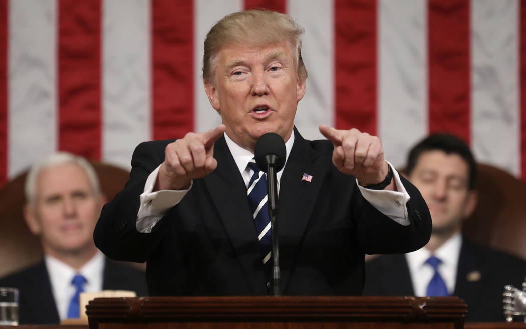 El Presidente Donald Trump dio su primer discurso a la nación ante el pleno del Congreso, reunido en el Capitolio en Washington, el martes 28 de febrero del 2017. Atras a la izquierda el Vicepres ...