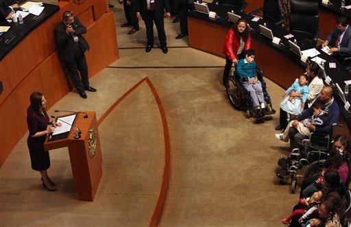 El 10 de noviembre del 2015 la senadora Cristina Díaz Salazar, izquierda, habla para introducir una propuesta de ley para legalizar el uso medicinal de la marihuana; delante de ella se pueden ver ...