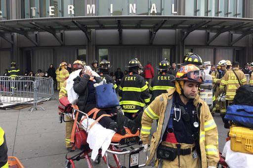 Un pasajero herido es transportado por personal de rescate, de la terminal de tren de Brooklyn, de New York, después que un tren de Long Island tuvo un accidente, el miércoles por la mañana del ...