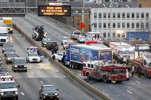 Personal de emergencia trabaja en la escena de un accidente fatal con varios vehiculos, en una vía rápida del Bronx, Nueva York, el 27 de diciemebre del 2016. (AP Photo/Seth Wenig).