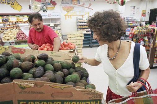 """En foto de archivo, del 3 de septiembre del 1996, Martha Rose Shulman, autora de """"Mexican Light,"""" escoge aguacates en """"El Mercado"""", en East Los Angeles. (Archivo/AP Photo/Chris Pizzello)."""