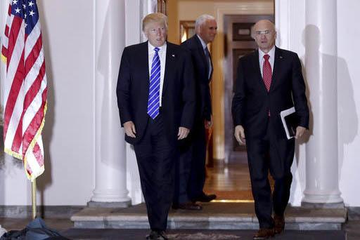En esta foto de archivo, Nov. 19, 2016, se ve al ahora presidente Donald Trump y a Andy Puzder, su designado secretario del Trabajo. (AP Photo/Carolyn Kaster).