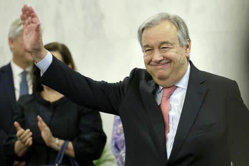 Antonio Guterres, nuevo secretario general de la ONU, saluda luego de hablar con miembros del personal, en la sede de la organización, el martes 3 de enenro del 2017. (AP Photo/Seth Wenig).