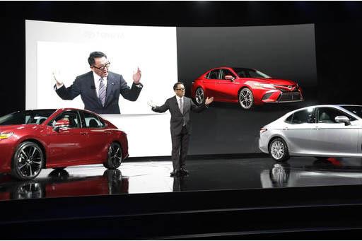 El President de Toyota, Akio Toyoda, presenta el auto Toyota Camry modelo 2018, en el North American International Auto show, 9 de enero del 2017, en Detroit. Toyoda habló sobre las recientes dec ...