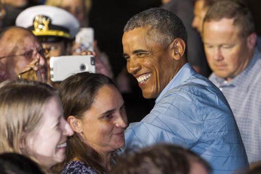 El Presidente Barack Obama saluda a gente luego de su descanso anual y antes de abordar el avión presidencial en la base mulitar conjunta Pearl Harbor-Hickam, anexa a Honolulu, Hawaii, para dirig ...