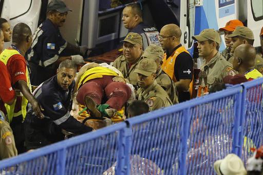 Bomberos llevan a una persona lesionada, luego que una de las carrozas participantes en el Desfile del Carnval se accidentó y lastimó a varios espectadores, el 26 de febrero del 2017 en Rio de J ...