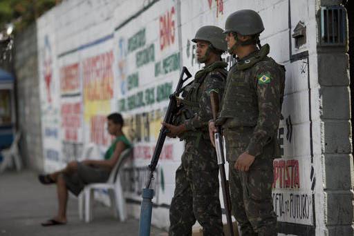 Soldados del ejército de Brasil patrullan las calles de Rio de Janeiro, el 14 de febrero del 2017. El gobierno nacional ordenó desplegar 9 mil efectivos para asegurar la ciudad hasta febrero 22, ...