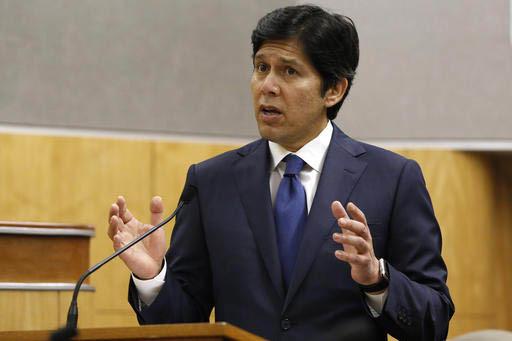 El senador Kevin de Leon (D-Los Angeles)  presidente delegado del senado de California, habla ante esa legislatura durante sesión del 31 de enero del 2017 en Sacramento, California. En la jornada ...