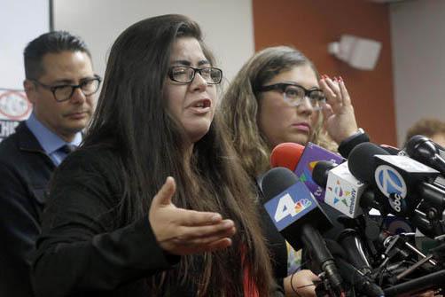 Marlene Mosqueda, izquierda, cuyo padre fue deportado temprano el viernes 10 de febrero del 2017, habla en una conferencia de prensa, acompañada por su abogada Karla Navarrete, a a derecha, en la ...