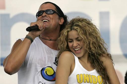 Los cantantes Carlos Vives y Shakira, en foto de archivo del 20 de julio del 2008, durante un concierto por la paz en Colombia, ahora en marzo del 2017 se ha informado que fueron demandados por po ...
