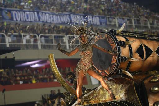 """Una mujer participante de la Escuela de Samba """"Vila Isabel"""" va en una carroza, durante el desfile del Carnaval en el sambódromo de Río de Janeiro, Brasil, el lunes 27 de febrero del 2017. (AP Ph ..."""