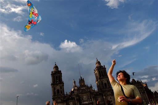 Una mujer vuela un papalote en el Zócalo, la plaza central de la Ciudad de México. (Foto Archivo/Jaime Puebla).