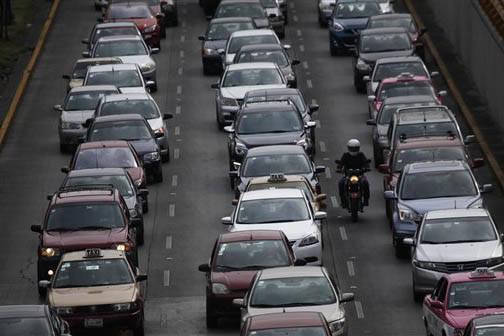 En la Ciudad de México los conductores que exceden los límites de velocidad toman el riesgo de pagar multas, tantas como un sistema de vigilancia les toma fotografia de la placa. El 6 de marzo d ...