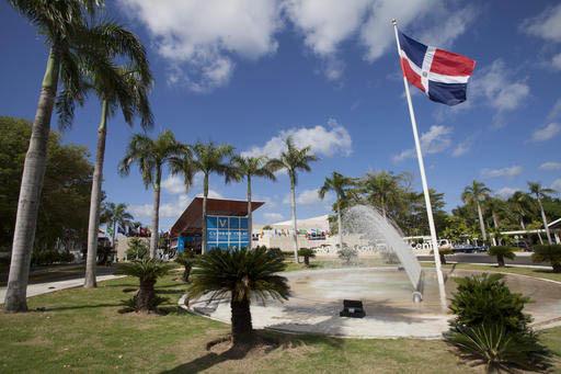 """La bandera de la República Dominicana ondea en el Centro de Convenciones """"Barcelo Bavaro"""", donde se lleva a cabo la V Cumbre de CELAC, la Comunidad de Estados Latinoamericanos y del Caribe, el 24 ..."""