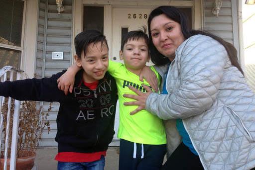 Gabriela Baraja acompañada de sus hijos Melvin Garcia, izquierda, y Antonio Garcia aparecen aquí cerca de su hogar el 22 de febrero del 2017. La autoridad escolar ordenó a los directores de esc ...