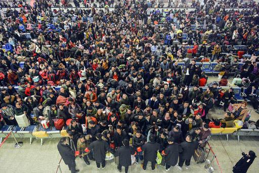 Pasajeros esperan el 12 de enero del 2017 en la estación de tren Hankou, Hubei, región central de China, para emprender el viaje anual del Spring Festival. Las autoridades calculan que en todo e ...