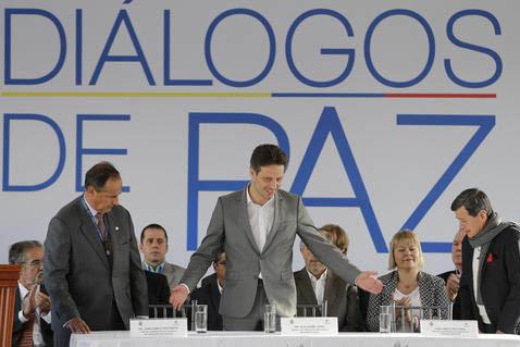 Guillaume Long, Ministro de Relaciones Exteriores de Ecuador, al centro, da la bienvenida a Pablo Beltrán, representante de Ejército de Liberación Nacional (ELN) a la derecha, y a Juan Camilo R ...