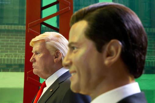 En esta gráfica se ven figuras de cera como réplicas de los presidentes de EEUU, Donald Trump, izquierda, y de México, Enrique Peña Nieto, en el Museo de Cera de la Ciudad de México, el 1 de  ...