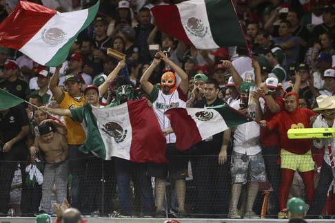 Fanáticos del béisbol celebran el 6 de febrero del 2017 el triunfo de México ante su similar de Cuba en la serie del Caribe, que se juega en Culiacán, México. Ahora la final es México vs Pue ...