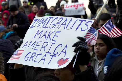 """Manifestantes que apoyan los derechos de los inmigrantes marchan en el centro de Washington, durante la protesta de """"Un día sin inmigrantes"""", el 16 de febrero del 2017. El propósito es mostrar q ..."""
