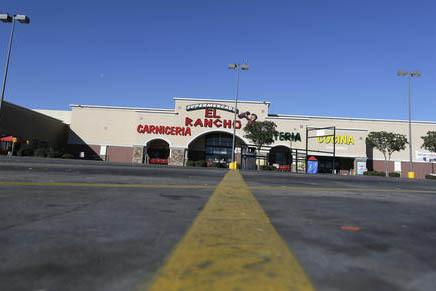 """El estacionamiento de un supermercado en Dallas, que normalmente esta ocupado, el jueves 16 de febrero del 2017 lució así, vacío, por el """"Día sin inmigrantes"""". (AP Photo/LM Otero)."""
