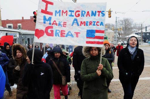 """Varias docenas de residentes marcharon en la avenida Broadway, en Pittsburgh, el jueves 16 de febrero del 2017, en la protesta """"Un dia sin inmigrantes"""" contra las políticas del presidente Trump.  ..."""