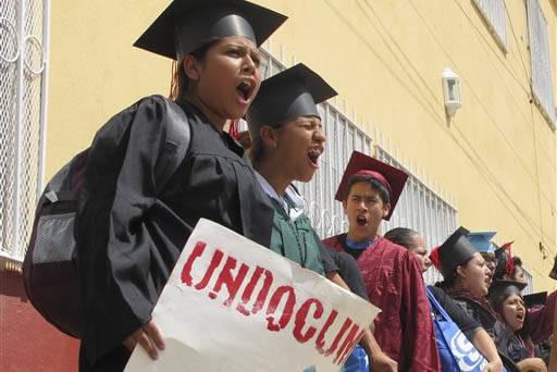 Jóvenes mexicanos vistiendo sus togas de graduados, protestan afuera de un albergue para migrantes en la frontera antes de intentar cruzar a los Estados Unidos el 30 de septiembre del 2013. Ahora ...