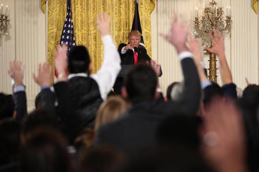 El Presidente Donald Trump señala a un reportero durante una conferencia de prensa, el jueves 16 de febrero del 2017, en la Casa Blanca, en Washington. (AP Photo/Andrew Harnik).