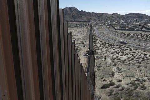 A la izquierda a lo lejos se ve un camión sobre un camino cerca de la frontera Mexico-Estados Unidos, que separacon una cerca los poblados de Anapra, Mexico, y  Sunland Park, New Mexico, el miér ...