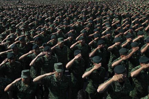 Foto de archivo, Abril 16, 2016. Soldados del ejército mexicano saludan al general Salvador Cienfuegos Zepeda, secretario de la Defensa Nacional, de México, durante un evento en la Ciudad de Mé ...