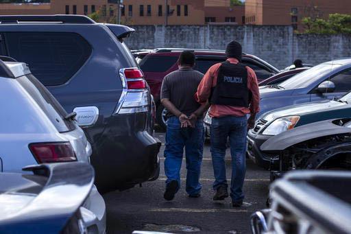 Las autoridades de El Salvador hicieron arrestos de personalidades, el 4 de enero del 2017,  implicadas en presuntos delitos relacionados con la trata de personas. En esta foto de archivo, del 28  ...