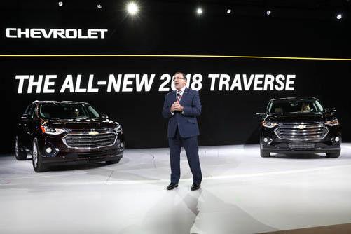 Alan Batey, Presidente, de General Motors North America y jefe de Global Chevrolet Brand devela el modelo  2018 de Chevrolet Traverse, durante el North American International Auto Show en Detroit, ...