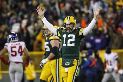 El jugador Aaron Rodgers, de Green Bay Packers, reacciona después de su pase para un  touchdown a Randall Cobb durante el juego de fútbol americano de la NFL, el domingo 8 de enero del 2017, en  ...