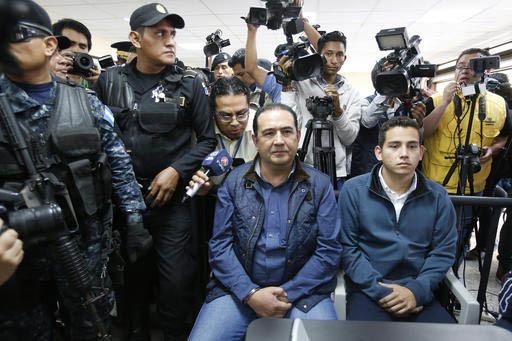 A la derecha sentado está Jose Manuel Morales Marroquin, hijo del Presidente Jimmy Morales, a su lado al centro está su tio Samuel Everardo Morales (hermano del presidente),en un juzgado en la C ...