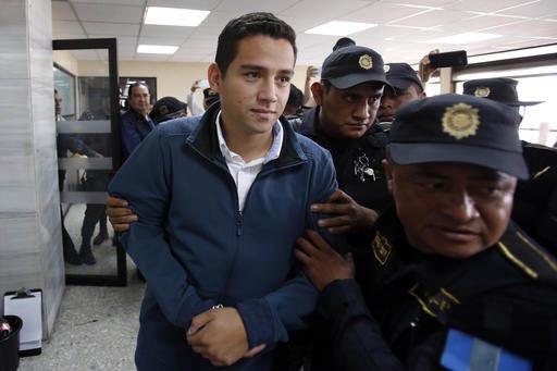 Jose Manuel Morales Marroquin, hijo del presidente de Guatemala, Jimmy Morales, es escoltado por policías a su llegada a un juzgado en la Ciudad de Guatemala el 18 de enero del 2017. Morales Marr ...