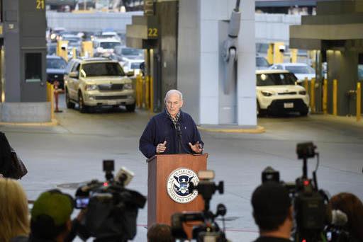 El secretario de Seguridad Interna, John Kelly, habla con la prensa en el puerto fronterizo de entrada de San Ysidro, desde México, el 10 de febrero del 2017, en San Diego. Kelly dio a conocer el ...