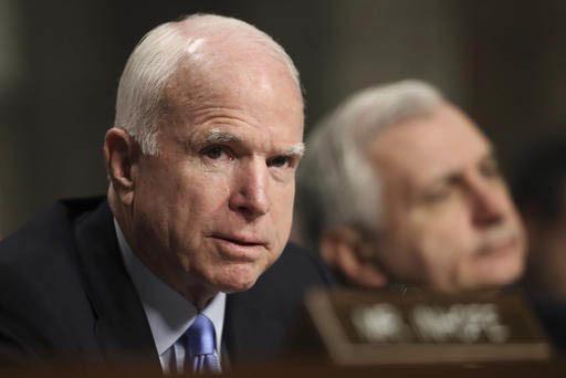 El senador John McCain, R-Ariz, presidente del Comité de Servicios Armados, del Senado, izquierda, y el senador Jack Reed, D-R.I. del mismo comité, durante audiencia en Capitol Hill escuchan dec ...