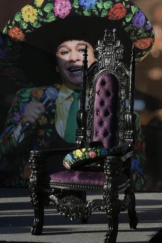 Una silla vacía con un sombrero de charro se vio en el escenario durante el tributo al cantautor Juan Gabriel (quien aparece en una imagen al fondo) y fue parte del homenaje artístico que sus hi ...
