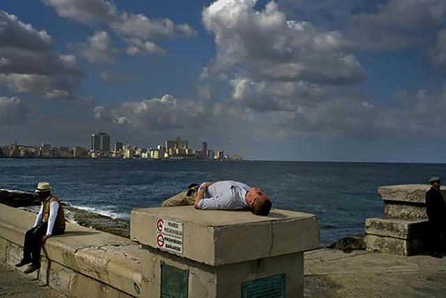 Un turista toma una siesta en el malecón de La Habana, Cuba, el viernes 13 de enero del 2017. El presidente Obama anunció el día anterior que dejaba sin efecto la Ley que otorgaba residencia au ...
