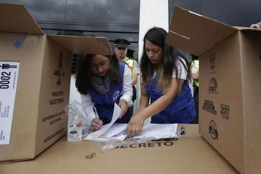 Dos trabajadoras preparan paquetes electorales, para la elección general del domingo 19 de febrero del 2017, en Ecuador, cuando se elegiran nuevos presidente, vicepresidente y asamblea nacional.  ...