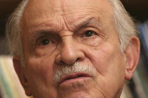 Lorenzo Servitje, fundador de Grupo Bimbo en México, visto en esta foto de archivo, del 23 de agosto del 2005, falleció el 3 de febrero del 2017, a los 98 años de edad. (ArchivoAP Photo/Marco U ...